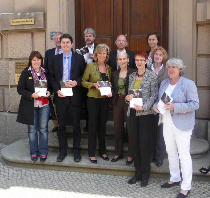 Friedensforschungsinstitute. Dagmar Wöhrl 25. Mai 2011
