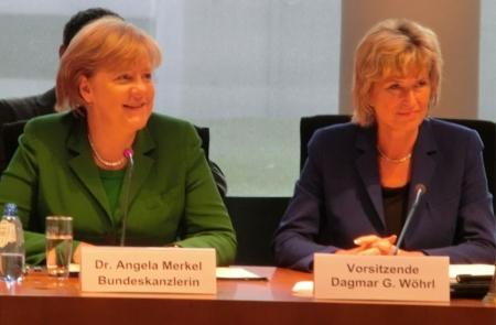"""""""Ein parlamentarisch historischer Moment"""" Bundeskanzlerin Angela Merkel besucht auf Einladung von Dagmar G. Wöhrl den AWZ. Bundeskanzlerin Dr. Angela Merkel hat als erste Kanzlerin überhaupt den Ausschuss für wirtschaftliche Zusammenarbeit und Entwicklung im Deutschen Bundestag besucht und ist damit einer Einladung der Ausschuss-Vorsitzenden Dagmar Wöhrl, MdB gefolgt. 1.Dezember 2011"""