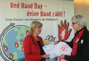 """AwZ-Vorsitzende Dagmar G. Wöhrl trifft Gründer der Aktion """"Rote Hand"""" gegen den Einsatz von Kindersoldaten/ Nürnberg UNICEF-Stadt"""