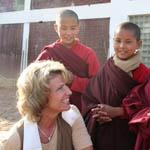 2011.02-Dagmar-Woehrl-mit-Kindern-der-Schule-von-Ani-Choying-Drolma-thb