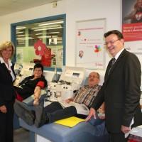 Auf dem Bild (Photo: oh): Dagmar Wöhrl und Michael Frieser im Gespräch mit Petra und Peter Skrzipczyk. Das Ehepaar kommt gemeinsam auf 48 Spenderjahre und über 2.000 Plasma-Spenden.