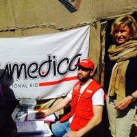Dagmar Wöhrl, Anfang März 2014 bei ihrem Besuch eines syrischen Flüchtlingslagers im Libanon. In Faida betreibt Humedica eine Zeltklinik, untersucht dort ankommende syrische Flüchtlinge und verteilt Medikamente.