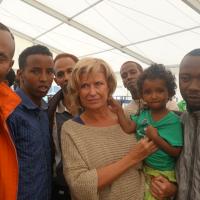 Die Vorsitzende des Ausschusses für wirtschaftliche Zusammenarbeit und Entwicklung (AWZ) im Deutschen Bundestag, Dagmar G. Wöhrl, besuchte heute die beiden Flüchtlingszelte in der Deutschherrnstraße, um sich selbst ein Bild von der Lage der Flüchtlinge vor Ort zu machen: