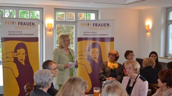 FU-Bezirksvorsitzende Barbara Regitz bei ihrem Rechenschaftsbericht bei der Bezirksversammlung mit Neuwahlen der FU Nürnberg-Fürth-Schwabach. (Foto: FU Nürnberg-Fürth-Schwabach)