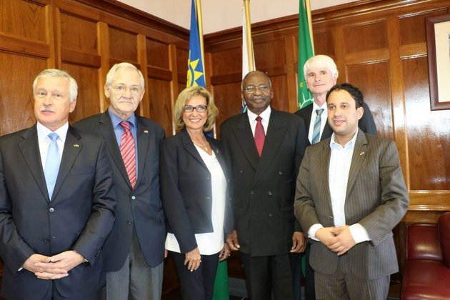 Speaker Prof. Peter Katjavivi (4th from left) pictured with Members of Parliament of the German Bundestag delegatio; left to right: German Ambassador to Namibia, H.E. Christian Schlaga, MP Dr Egon Jüttner, MP Dagmar Wöhrl, Prof. Katjavivi, MP Johannes Selle, MP Niema Movassat